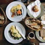 omletă-cu-produse-patiserie-proaspăt-coaptă-într-o-cafenea